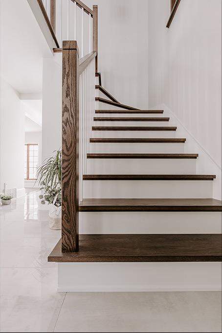 escalier en bois fonçé